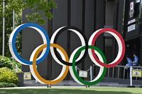 Olympic rings are seen on June 3, 2021, in Tokyo's Shinjuku Ward. (Mainichi)