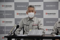 Shimadzu Corp. Executive Research Fellow Koichi Tanaka explains the new device at the company in Kyoto's Nakagyo Ward on June 22, 2021. (Mainichi/Satoshi Fukutomi)