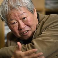 Journalist Takashi Tachibana speaking in an interview in Tokyo in November 2014. (Mainichi)