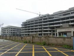 事実上破綻した弘芯半導体の本社工場。工事用クレーンが置き去りにされ、廃墟のようになっている(中国・武漢市で2021年4月)