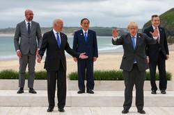 G7サミットで、菅首相(中央)はバイデン米大統領(左から2番目)を裏から後押しした(英コーンウォールで2021年6月11日) (Bloomberg)
