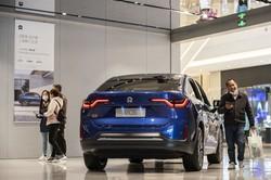 中国の株式市場でEV(電気自動車)は一大テーマ(上海市の店舗でNio〈ニオ〉の車を見る顧客) (Bloomberg)