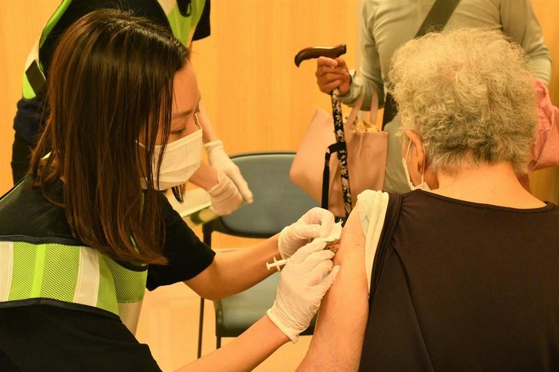 看護師からワクチンの接種を受ける女性(右)=2021年6月12日、小宅洋介撮影