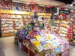 現地小売店の日本産お菓子売り場の様子 筆者撮影
