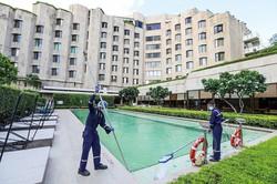 約270軒のホテルが営業を再開できずにいる (Bloomberg)