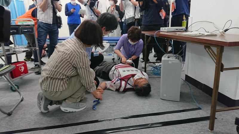 接種後にアナフィラキシーで男性が倒れたとの想定で救急措置も行われた模擬訓練=神戸市中央区の神戸ハーバーランドセンタービルで2021年5月20日午後3時34分、山本真也撮影