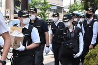 Kyoto Prefectural Police officers are seen entering Kumano dorm in Kyoto's Sakyo Ward, on the morning of June 24, 2021. (Mainichi/Reiko Nakajima)