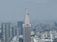 A U.S. Army Black Hawk passes in front of the approximately 270-meter-tall NTT Docomo Yoyogi Building in Shibuya Ward, Tokyo, as seen from a point about 200 meters high in a building on the south side of the helicopter, at about 11:05 a.m. on Oct. 22, 2020. (Mainichi/Hiroyuki Oba)