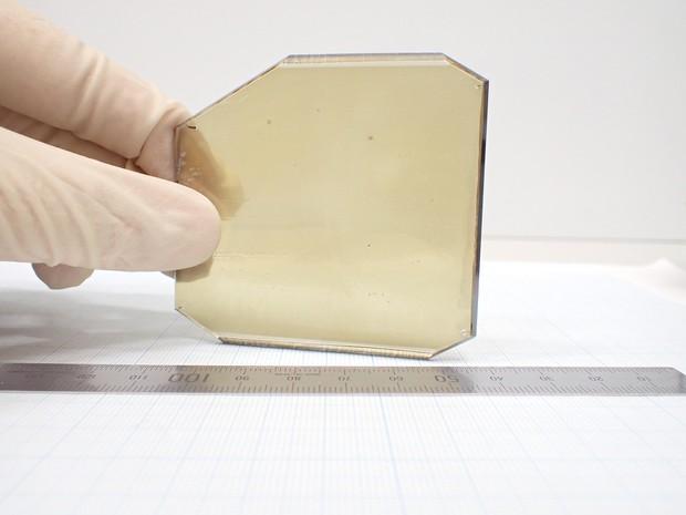 パワー半導体の高性能化を実現する窒化ガリウムの結晶(写真提供:三菱ケミカル、日本製鋼所)