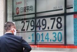 株価は堅調に推移するのか……(一時1000円以上値下がりした日経平均株価)=東京都中央区で2021年6月21日、内藤絵美撮影