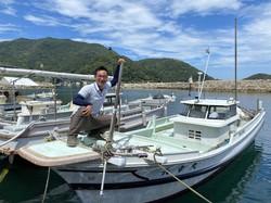 東京から山口県・周防大島に移住し、ヒジキ漁を始めた栄大吾さん=西山喬さん提供