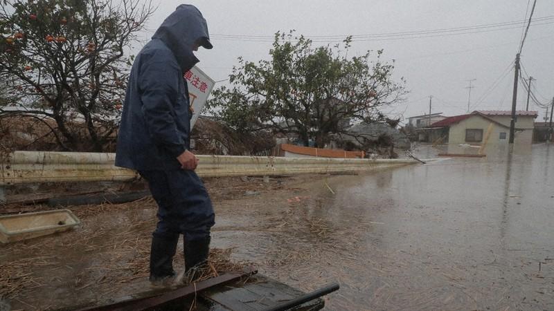 Seorang pria menatap daerah pemukiman yang tergenang oleh Sungai Yoshida akibat Topan No. 19 tahun 2019 = Difoto oleh Daisuke Wada pada Oktober 2019 di Kashimadai, Kota Osaki, Prefektur Miyagi