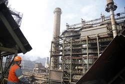 ボスニア・ヘルツェゴビナにあるアルセロール・ターミナルの製鉄所。欧州を中心に世界各地に生産拠点を持つ (Bloomberg)