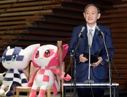 菅首相は、緊急事態宣言が再発令された場合は東京五輪・パラリンピックの無観客開催も辞さないと説明したが……(首相官邸で)