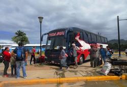 中米各国を結ぶ「ティカバス」。コスタリカからニカラグアに入る国境で長時間停車中(写真は筆者撮影)