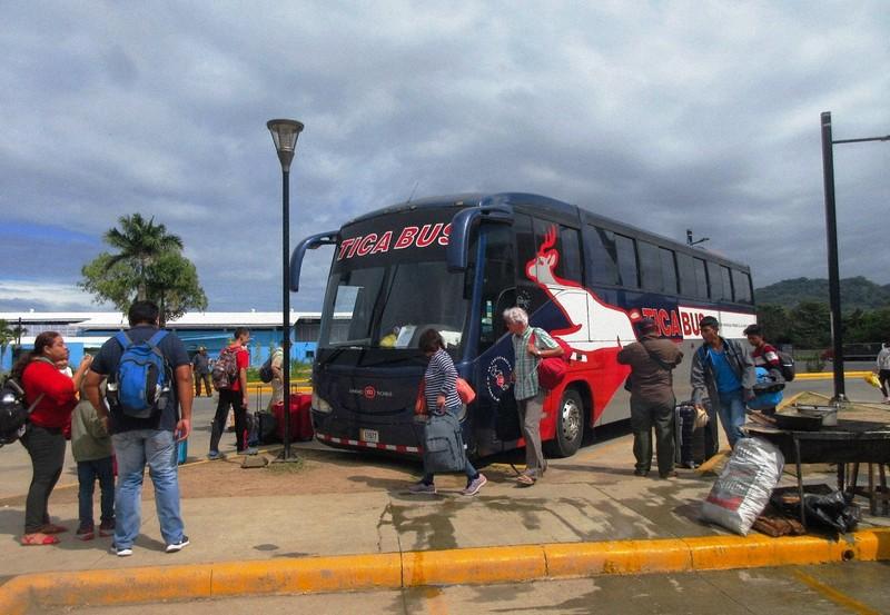 """Tikabus"" menghubungkan negara-negara Amerika Tengah.  Berhenti lama di perbatasan dari Kosta Rika ke Nikaragua (foto diambil oleh penulis)"