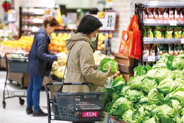 脱炭素でインフレが襲う?(千葉県内のスーパー) (Bloomberg)