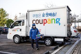 クーパンの配送トラック。「쿠팡은 로켓배송!」(クーパンはロケット配送!)と書かれている (Bloomberg)