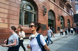 経済活動の再開で人手不足が深刻化する (Bloomberg)