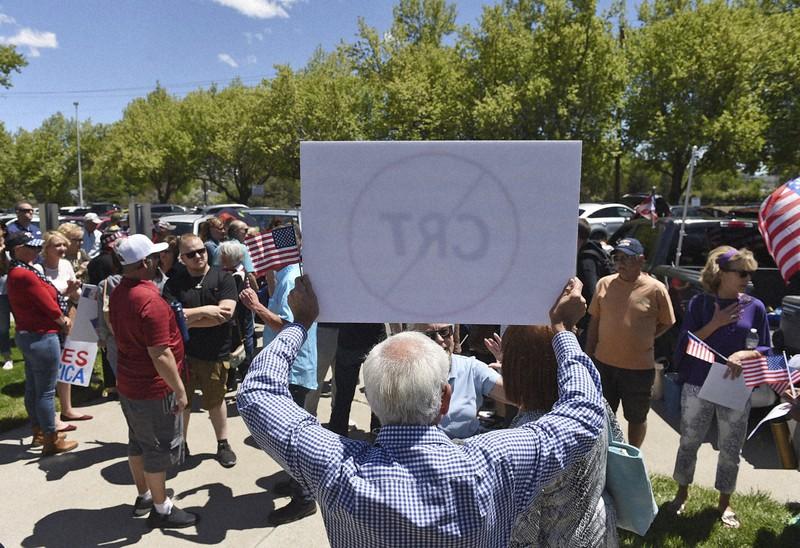 「批判的人種理論」に対する抗議デモの参加者たち=米西部ネバダ州で2021年5月25日、AP