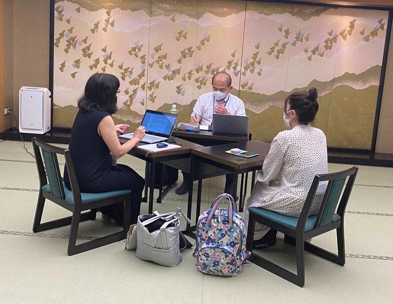 マッチングに向けミーティングする合宿参加者=静岡県下田市で2021年6月25日