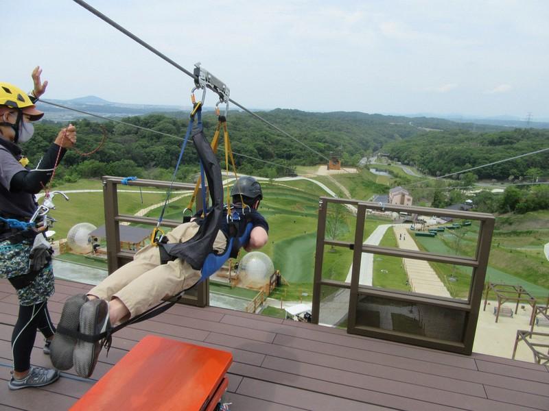 空中を500メートル以上も高速移動する「スカイ・イーグル」=兵庫県三木市のネスタリゾート神戸で2021年6月11日