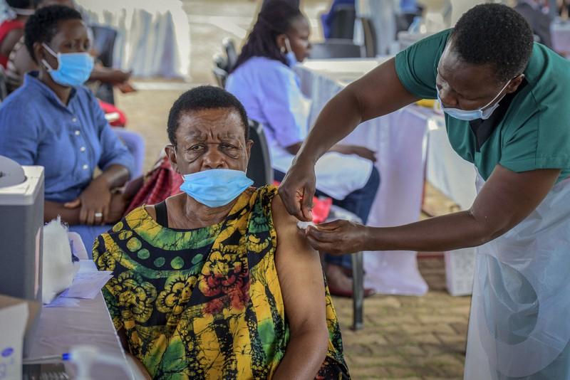 ウガンダで新型コロナワクチンの接種を受ける女性=2021年5月31日、AP