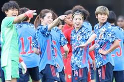なでしこジャパンの攻撃の中心となる長谷川唯(中央右)ら=東京・国立競技場で2021年4月11日、宮武祐希撮影
