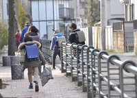 Elementary school students walk to school in Tokyo on Feb. 28, 2018. (Mainichi/Aya Shiota)
