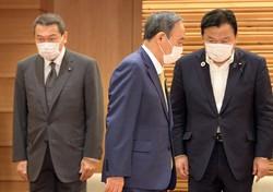 国家公安委員長を辞任し、横浜市長選への立候補を表明した小此木八郎氏(左)。菅首相(中央)の胸の内は……(首相官邸で6月25日)