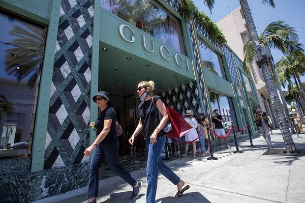 米カリフォルニア州では経済活動が全面再開し、ワクチン接種を済ませた人は屋外でのマスク着用が原則不要になった (Bloomberg)