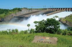 水力発電所を有するイタイプダム 筆者撮影
