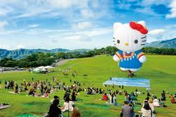 台湾原住民(先住民)の伝統衣装に身を包んだ人気キャラクター「ハローキティ」の熱気球 台東県政府提供