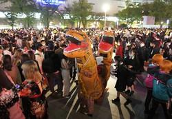 ハロウィーンで、仮装して集まる若者たちで埋め尽くされた警固公園=福岡市中央区で2020年10月31日午後8時4分、須賀川理撮影