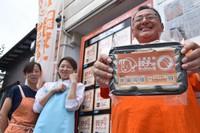 Takemasa Suzuki, right, speaks about the revival of Gyoza Micchan House in front of the dumpling maker's vending machine in Takasaki, Gunma Prefecture, on June 26, 2021. At left is original Gyoza Micchan House owner Michiko Sekine. (Mainichi/Hinako Kikuchi)