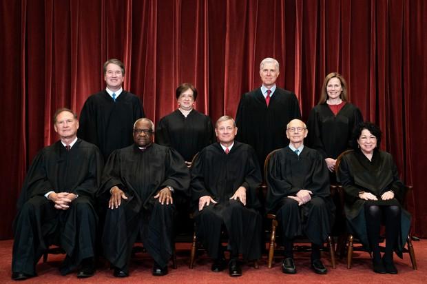 9人の最高裁判事。後方左端のブレット・カバノー氏、右から2番目のネイル・ゴーサッチ氏、右端のエイミー・コニー・バレット氏はトランプ大統領が指名した Bloomberg