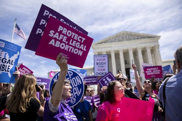 最高裁前で中絶の権利を訴えるプロ・チョイスの活動家たち  Bloomberg