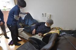 「そんぽの家 国立南」で導入されているセンサー付きベッドに横たわる入居者。心拍数や呼吸数などが計測される=東京都国立市で2021年5月11日、池田美欧撮影