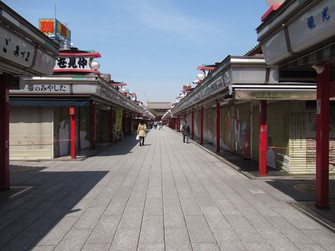 新型コロナで人通りが激減した浅草=2020年4月15日、中村琢磨撮影
