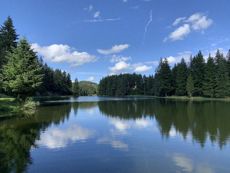 人もまばらな静かな湖畔。釣り人や散歩をする人がちらほら=筆者撮影