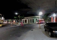 サンサルバドルの場末のバスターミナル周辺。左側のタクシーのおかげで助かった(写真は筆者撮影)