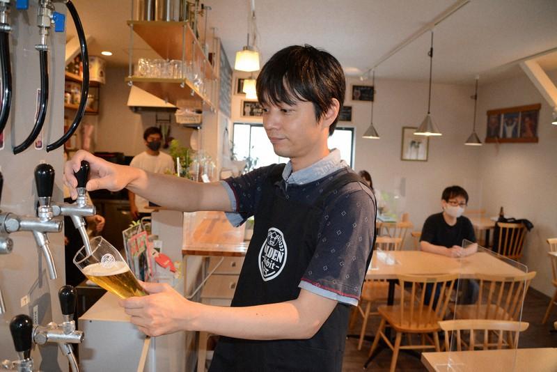 ロート製薬社員でありながら、クラフトビール店の代表を務める市橋健さん=奈良市内で2021年6月、松岡大地撮影