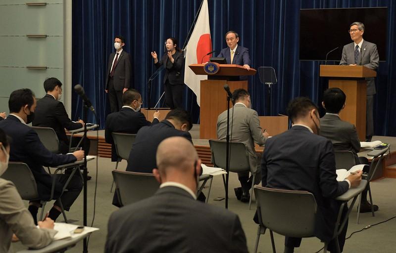 東京都に緊急事態宣言を発令後、記者会見する菅義偉首相(奥中央)。周辺では静かに「菅離れ」が進んでいる(首相官邸で7月8日)