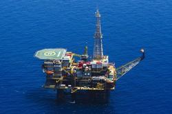 中国は世界の石油・天然ガス資源獲得に動いている(地中海の海上製油掘削施設) (Bloomberg)