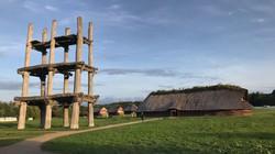 復元された三内丸山遺跡の大型掘立柱建物と大型竪穴建物=2020年9月29日、山衛守剛撮影