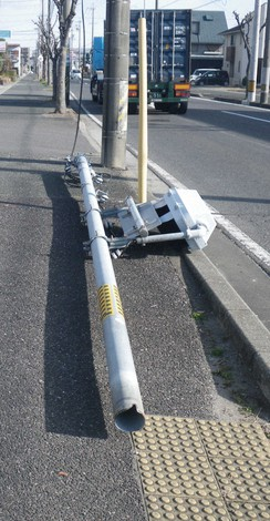 The traffic light pole that collapsed in February is seen in this photo provided by Mie Prefectural Police.