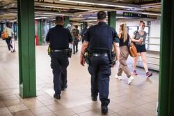 経済活動の再開に伴い、更なる犯罪増加が懸念される (Bloomberg)