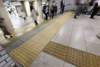 Tactile paving indicating direction is seen ending at the top of stairs at JR Shimbashi Station on June 23, 2021. (Mainichi/Akihiro Ogomori)