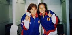 1996年アトランタ五輪にそろって出場したサッカー女子日本代表の高倉麻子監督(右)と内山環さん=内山さん提供