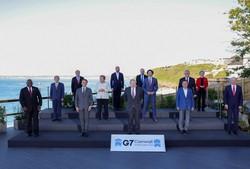 6月に開かれたG7サミットで記念撮影するG7と招待国の首脳ら。2列目左端は菅義偉首相、前列右から2人目は文在寅韓国大統領。サミットの機会を利用した日韓首脳会談は行われなかった=英コーンウォールで2021年6月12日(Andrew Parsons/英首相官邸提供)